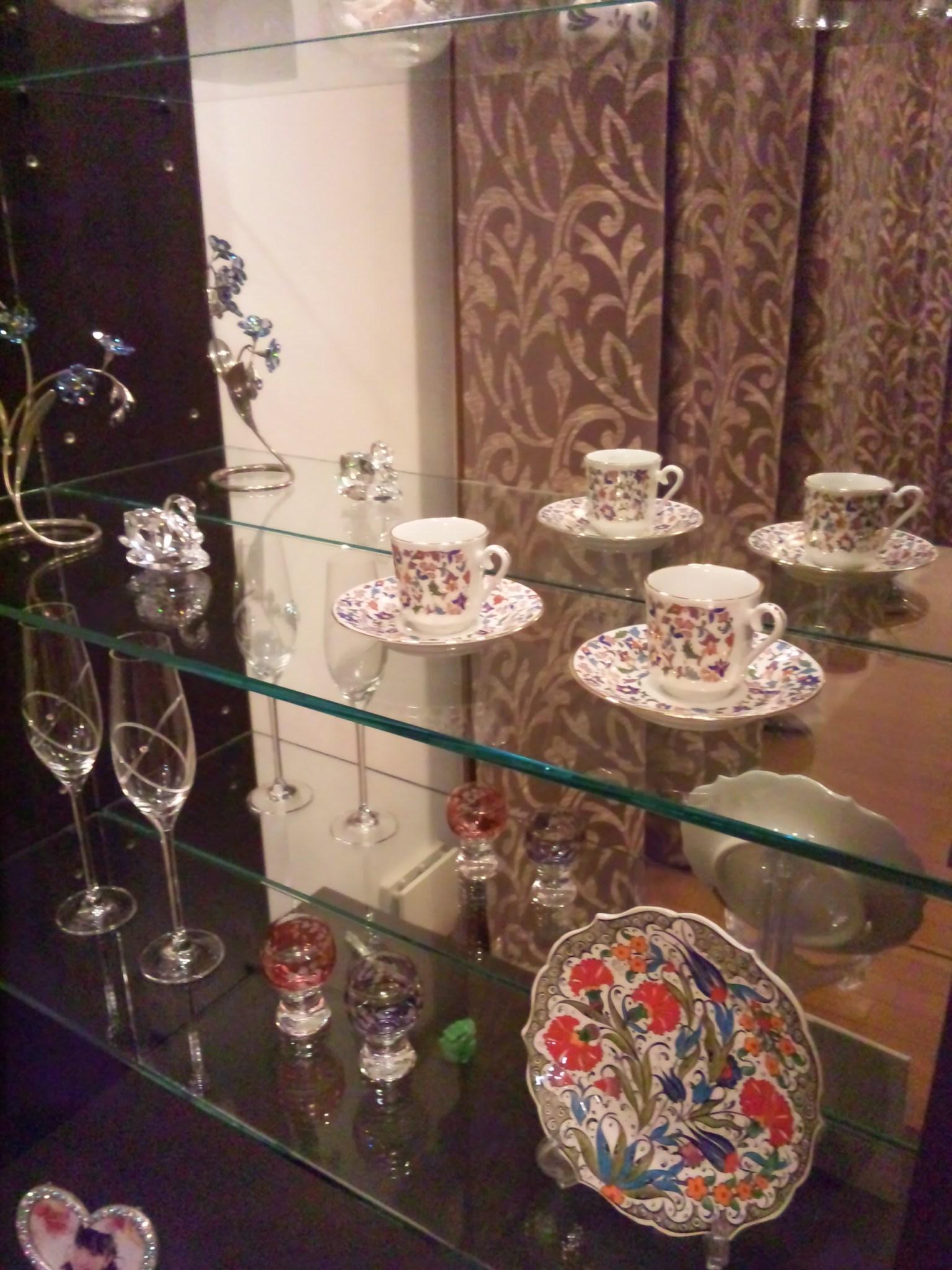 キュタフヤ陶器のディスプレイ